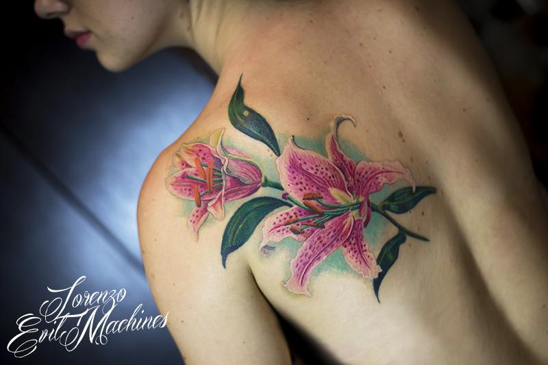 Giglio_Lilium_fiore_realistico_colori_lorenzo_evil_machines_tattoo_tatuaggio_realistico_tatuatore_roma_sito_best_migliore