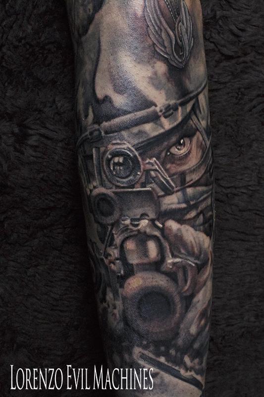 Parà_sniper_operation_operativo_puntatore_lancio_elicottero_black_and_gray_Lorenzo_Evil_Machines_Tattoo_tatuaggi_realistici_Roma_sito_best_migliore
