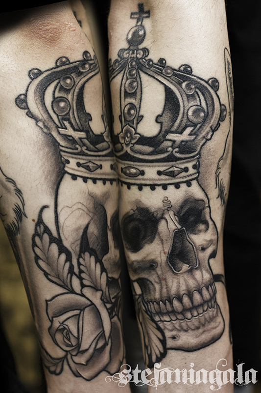 Skull_teschio_corona_crown_rose_black_grey_blackwork_disegni_personalizzati_neo_new_traditional_Stefania_Gala_Evil_Machines_Tattoo_Roma_sito_best_migliore