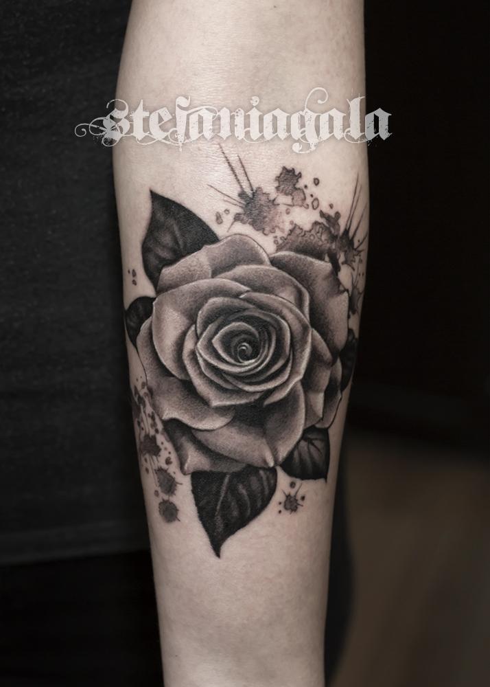 Rosa_Realistica_Schizzi_colori_black_gray_sketchwork_figurativi_Stefania_Gala_Evil_Machines_tattoo_Roma_migliore