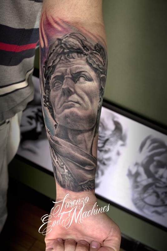 Giulio_Cesare_Lorenzo_Evil_machines_tattoo_Roma_realistico_statuario_sito_best_migliore