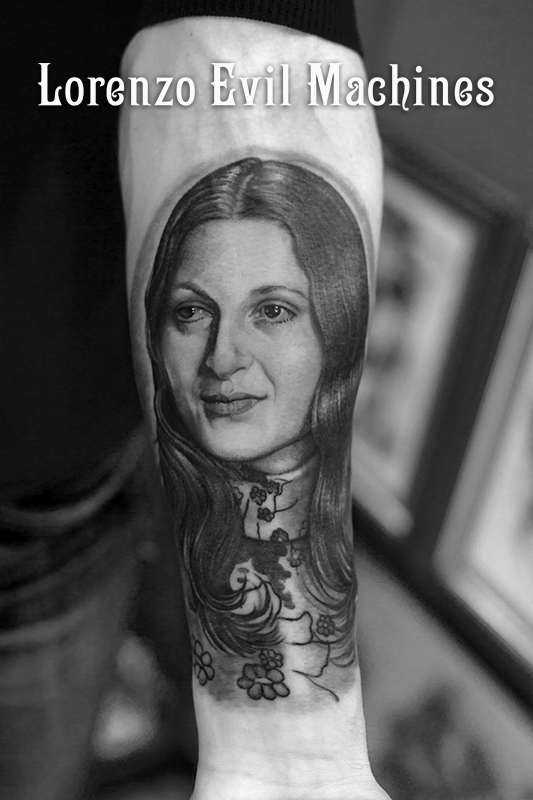 Madre_black_and_gray_donna_woman_Lorenzo_tatuatore_Evil_Machines_realistic_tattoo_tatuaggi_realistici_3d_Roma_ritratti_sito_best_migliore