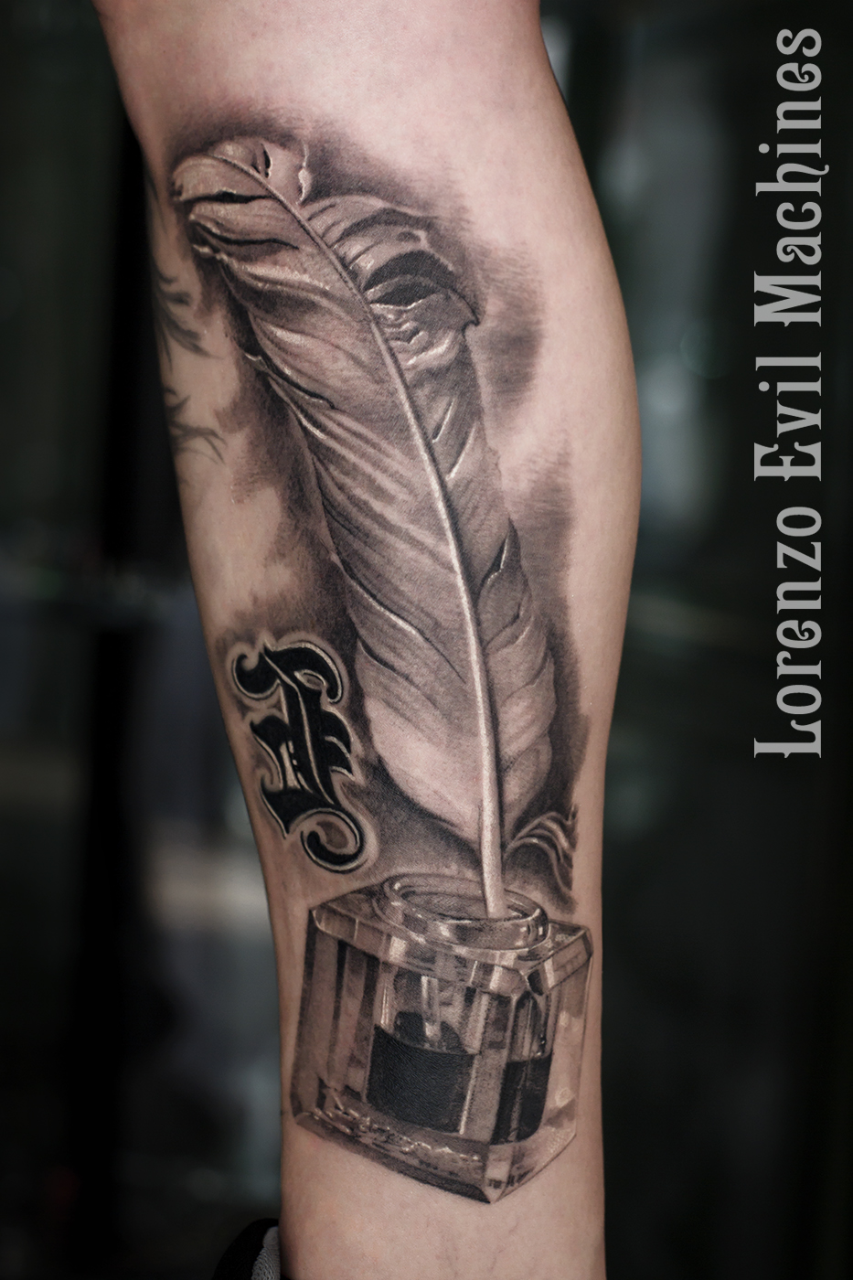 Piuma_Calamaio_feather_donna_black_gray_sfumato_3d_tatuatore_roma_Lorenzo_Evil_Machines_Tattoo_tatuaggi_realistici_sito_best_migliore