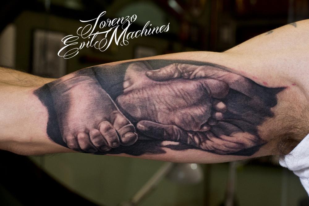 hand_father_son_lorenzo_evil_machines_tattoo_tatuaggio_realistico_roma_sito_best_migliore