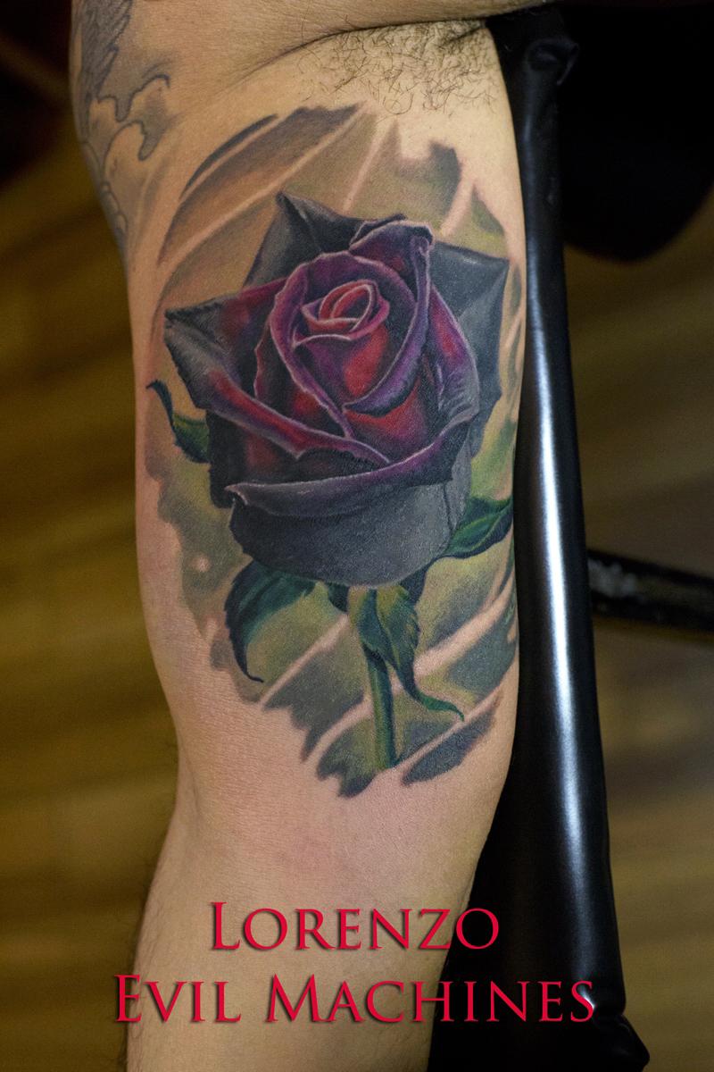 Rosa_nera_rose_realistica_Lorenzo_tatuatore_Evil_Machines_realistic_tattoo_tatuaggi_realistici_3d_Roma_miglior_migliore_ritratti